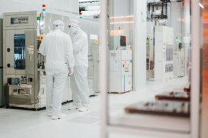 Einblick_in_den_Reinraum_einer_High-Tech-Chipfabrik
