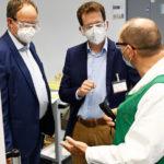 (v._l._n._r.)_Peters-Geschäftsführer_Ralf_Schwartz,_Dr._Martin_Plum_und_Jörg_Staack,_technischen_Angestellter