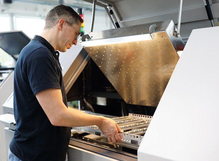 Inlinefähiges Dampfphasenlötsystem von Rehm für die Automation