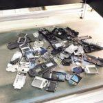 Erfolgreiches Recycling: Im ADIR-Projekt wurden unter der Projektleitung des Fraunhofer ILT rund 1.000 Handys und über 800 Leiterplatten zerlegt, aus denen sie einige Kilogramm an Bauteilen zur Weiterverwertung erhielten.
