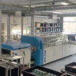 Die Produktionshalle mit Wellenlötanlage.