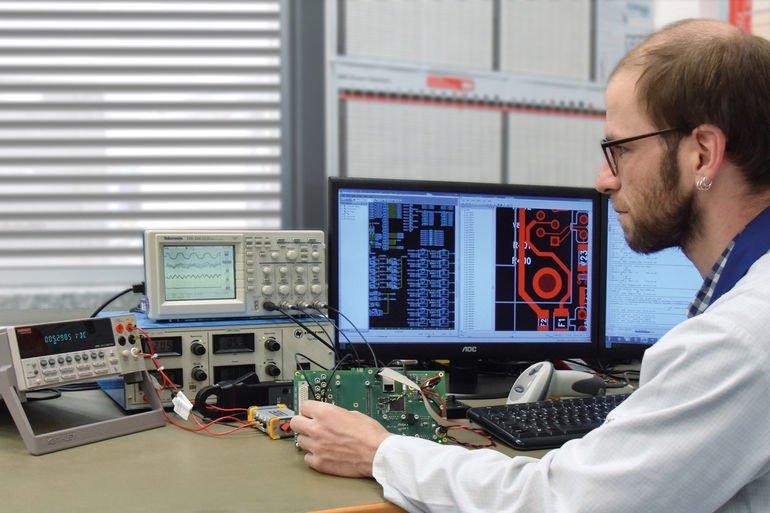 Benjamin Ruß, Hardware-Entwickler bei Kraus, zeigt Standard-Messgeräte kombiniert mit Boundary Scan.